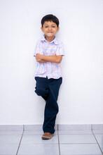 Niño De Pie Esperando Que Vengan Sus Papas