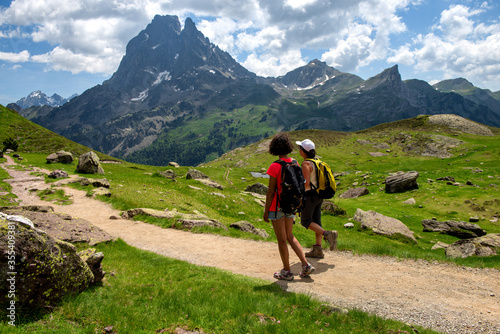 Photo two hiker women in path of the french Pyrenees mountains