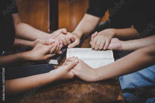 Photographie Christian family worship God in home