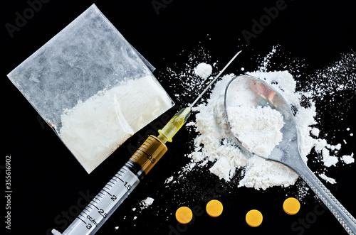 Drug syringe, amphetamine tablets. Fototapete