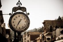 Vecchio Orologio In Strada Di Una Cittadina Stile Western, Usa, Deadwood