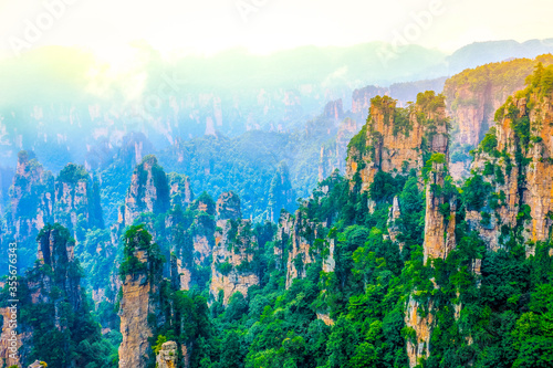 Photo Tianzi mountain and Yunqing rock at Zhangjiajie national forest park,Wulingyuan,