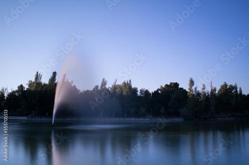 fontanna niebo drzewa światło widok woda - fototapety na wymiar