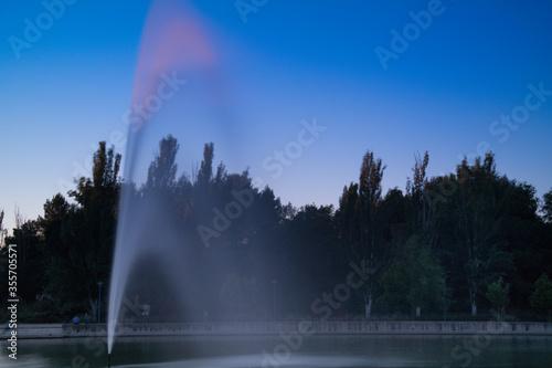 fontanna niebo drzewa światło widok