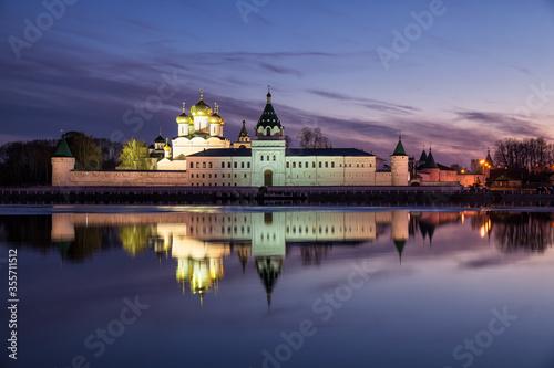 Ipatievsky monastery at twilight Fototapete