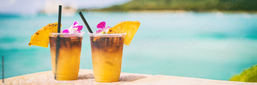 Fototapeta Hawaii mai tai drinks on waikiki beach bar travel vacation in Honolulu, Hawaii. Famous hawaiian drink cocktails with view of ocean and diamond head mountain, Hawaii tourist attraction