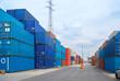 Viele gestapelte Container bereit zum Abtransport