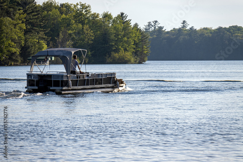 Fotografia pontoon boat with canopy on lake