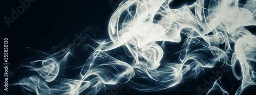 暗闇に漂う抽象的な煙