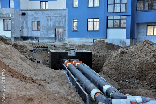 Laying heating pipes in a trench at construction site Billede på lærred