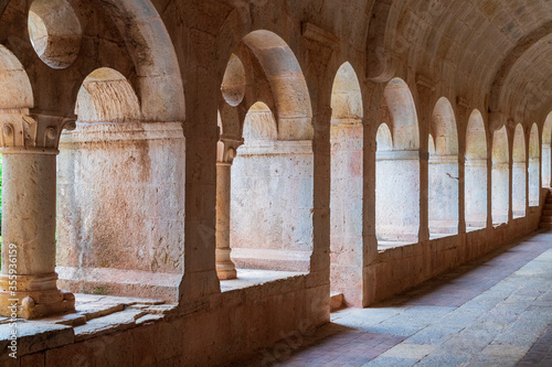 porticato e chiostro di un antica e misteriosa abbazia benedettina Canvas Print