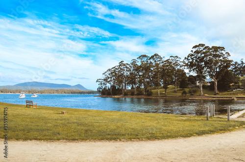 Paisible lac avec des bateaux à port Arthur Wallpaper Mural