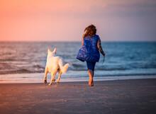 Dziewczyna I Biały Pies Space...