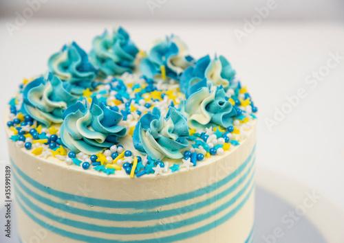 buttercream_cake_stripes_white_and_blue