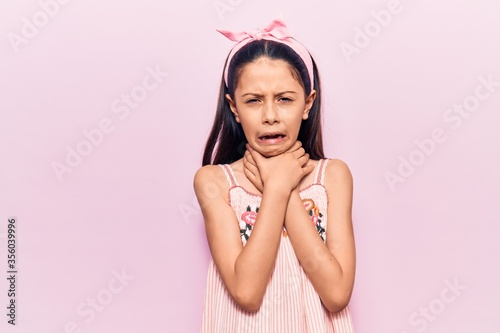 Photo Beautiful child girl wearing casual clothes shouting and suffocate because painful strangle
