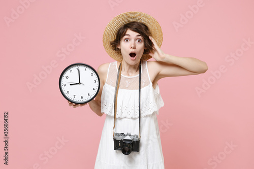 Papel de parede Shocked young tourist girl in summer dress hat with photo camera isolated on pink wall background