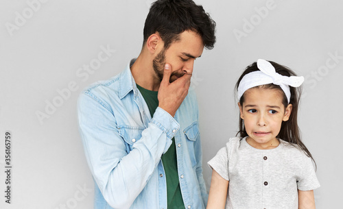 The indoor image of the father feeling worried about his crying daughter Canvas-taulu