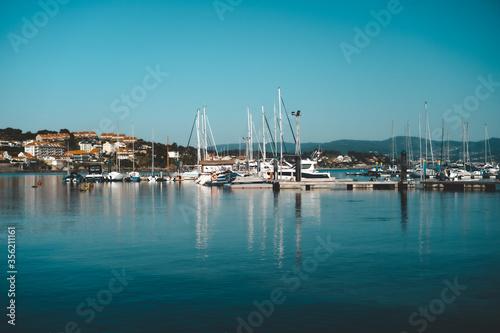 Fotomural Barcos atracados en el puerto de Sanxenxo, Pontevedra
