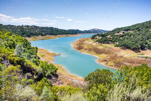 Photo High angle view of Anderson Reservoir, a man made lake in Morgan Hill, managed b