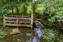 Wie Aus Tom Sawyer & Huckleberry Finn Bootanlegeplatz Mit Halb Gesunkenem Boot