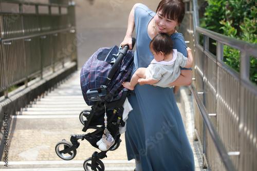 Fotografie, Obraz ベビーカーを持ち上げ階段を上る母親