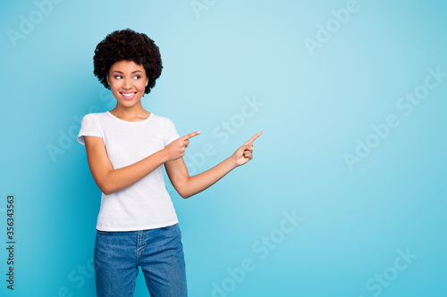 Foto Photo of beautiful dark skin mixed race wavy lady sales manager indicating finge