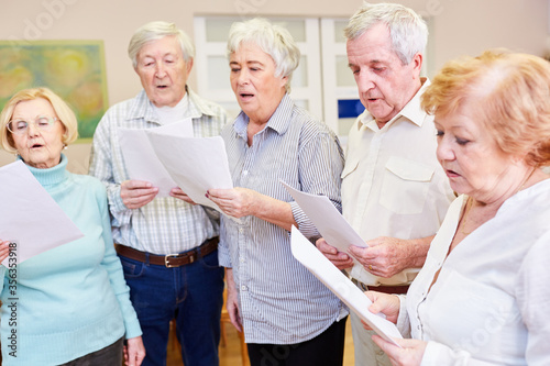 Canvas Print Senior group sings together in a choir