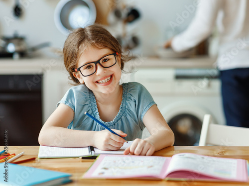Photo Cheerful girl studying at home.