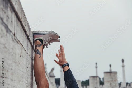 Fotografie, Obraz Dettaglio di mani e piedi di ragazzo sportivo mentre esegue una sessione di stre