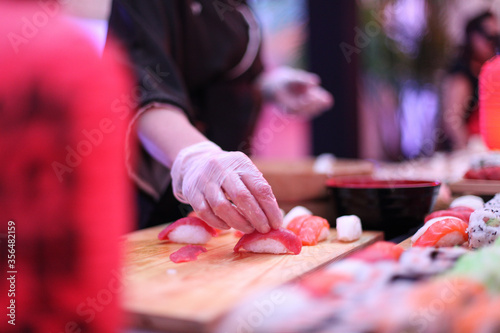 Fotografering Preparando comida japonesa maki