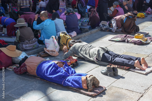People praying in prostration in front of Jokhang temple in Lhasa on Barkhor squ Tableau sur Toile