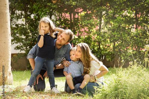 Valokuva Bellissima famiglia composta da 2 genitori e figli si raduna felice in gruppo ne