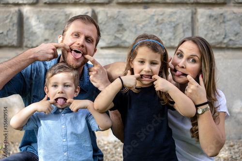 Famiglia felice, fa le boccacce in un bel quadretto di famiglia Canvas-taulu