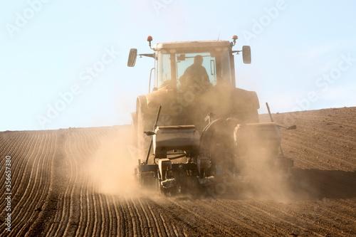 Fényképezés Tracteur au travail dans les champs en période de sécheresse.