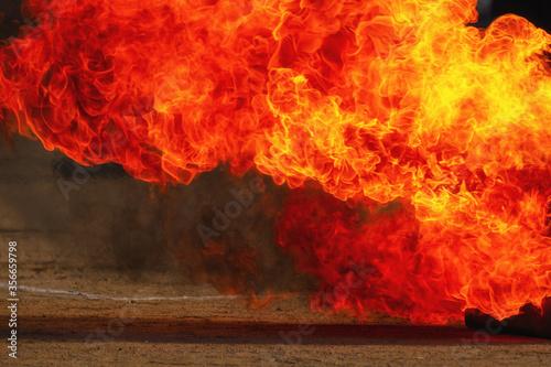 Photo 激しく赤い炎が燃え広がっていく様子 火事
