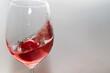 bicchiere di vino rosa con movimento