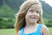 笑顔の4歳の女の子