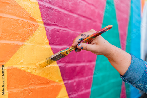 Obraz premium Artist painting a wall with a brush