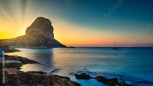 Fototapeta Sonnenaufgang an der Costa Blanca. Im Hintergrund der Felsen Peñón de Ifach im Küstenort Calpe. obraz
