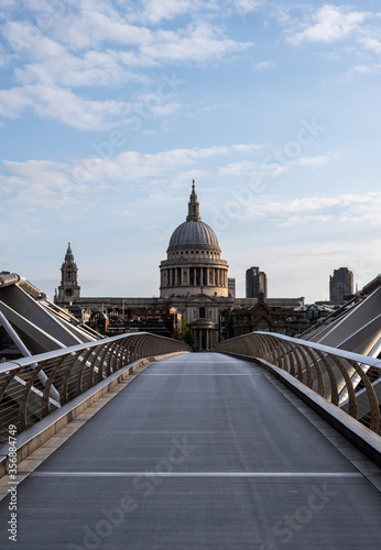 Leinwand Poster st pauls cathedral london viewed from the end of millenium bridge at sunrise