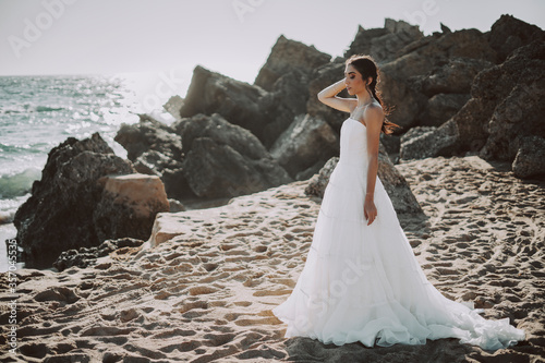 Cuadros en Lienzo Wedding beach young couple sunset sand white happy sea waves