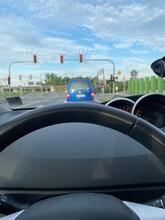 Blauer Transporter An Einer Roten Ampel Durch Die Frontscheibe Fotografiert