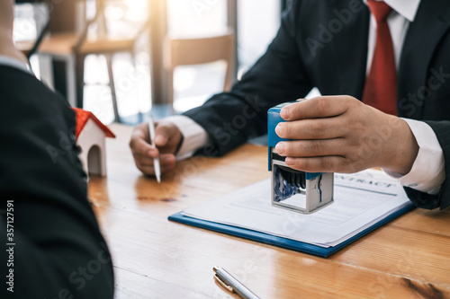 Fotomural Businessman stamping with approved stamp on document at meeting.