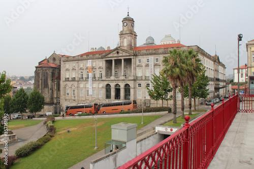 Fotografija stock exchange palace and infante monument in porto (portugal)