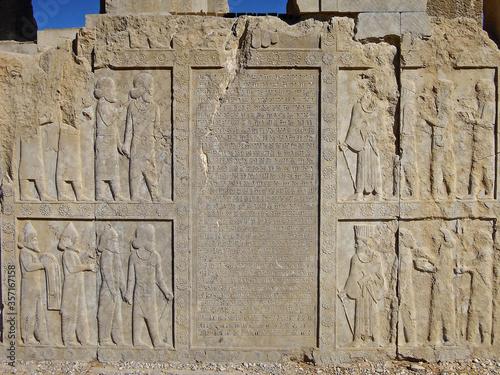 Fotografía Reliefs depicting the Persian courtiers & royal servants, and ancient cuneiform