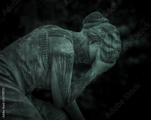 rzeźba płaczącej kobiety Fototapeta