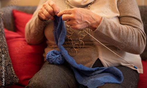 Vászonkép signora che lavora a maglia durante il periodo di quarantena