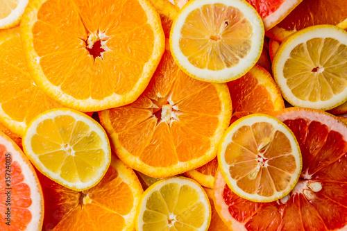 Fette di arance rosse e bianche messe una sopra l'altra Canvas Print