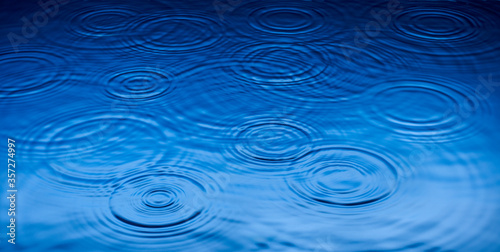Stampa su Tela Ripples of raindrops in puddle
