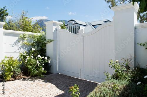 Fotomural White gate outside luxury house